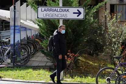 Un hombre pasea en el perímetro del hospital de Txagorritxu, en Vitoria.