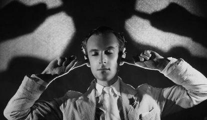 El fotógrafo y diseñador británico Cecil Beaton en la década de los años 30