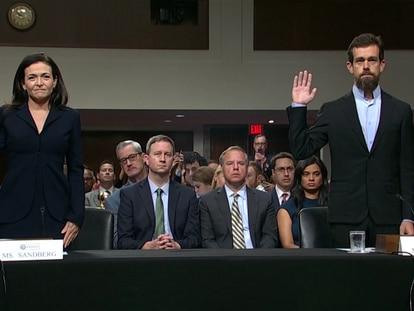 La directora de operaciones de Facebook, Sheryl Sandberg, y el director general de Twitter, Jack Dorsey, comparecen ante el Congreso de Estados Unidos.