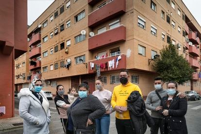 Varios vecinos del bloque adquirido por la Generalitat Valenciana mediante el derecho de tanteo en Algemesí (Valencia), posan ante el edificio.