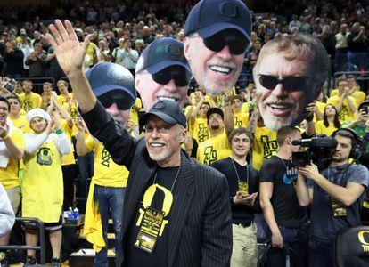 Phil Knight saluda durante un partido de baloncesto en Oregon el pasado 30 de junio