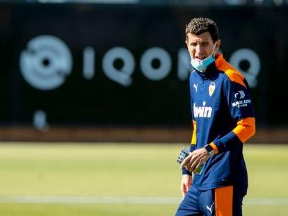 Javi Gracia durante el entrenamiento de este jueves en Valencia. VCF