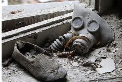 Máscara de gas y zapato de un niño, en una guardería de Prípiat, ciudad desierta cerca de Chernóbil.