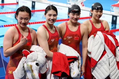 De izquierda a derecha, Yang Junxuan, Tang Muhan, Zhang Yufei and Li Bingjie celebran el oro del relevo.