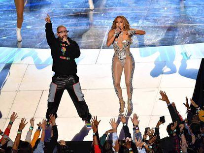 Jennifer Lopez y J. Balvin, durante la actuación en la Super Bowl.