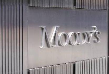 Imagen corporativa de Moody's en las oficinas centrales de la agencia, en Nueva York (Estados Unidos). EFE/Archivo