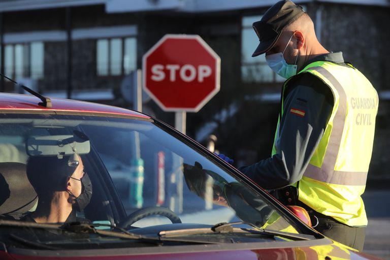 Control de la Guardia Civil  en el límite entre la Comunidad de Madrid y Castilla y León, este viernes.