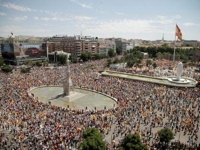 Miles de personas se manifiestan este domingo en Colón contra los indultos del 'procés'.