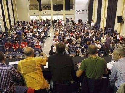 Asamblea de los trabajadores del metro de Barcelona este martes en el Casinet d'Hostafrancs.