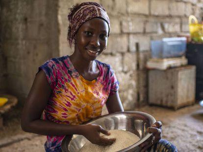 Diarra Ndiaye en la cocina de su casa familiar, en la comuna rural de Ndiebene, Gandiol (Saint Louis).