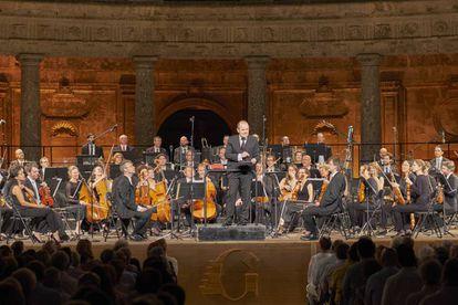 François-Xavier Roth se dirige al público al final del concierto con su orquesta Les Siècles en el Palacio de Carlos V.