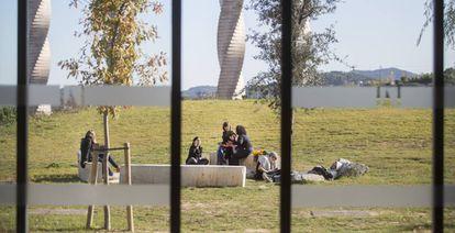 Estudiantes descansan en el campus de la Universidad Autónoma de Barcelona.