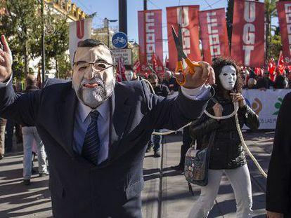 Un manifestante disfrazado de Mariano Rajoy, en la protesta de Sevilla.