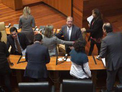 Monago es felicitado tras la aprobación de los Presupuestos Generales de la Comunidad para 2012.