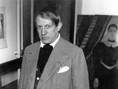 Detalle de la fotografía que Brassaï hizo de Pablo Picasso en el estudio de Rue La Boétie, París, frente al retrato de Yadwigha de Henri Rousseau, en 1932