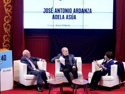 Desde la izquierda, el exlehendakari, José Antonio Ardanza, el exdirector de EL PAÍS y moderador, Jesús Ceberio, y la magistrada Adela Asúa, este miércoles durante el debate.