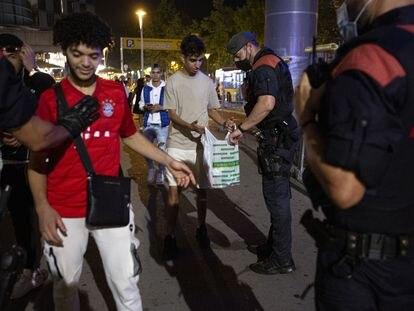 Los Mossos d'Esquadra realizan un control en una zona de botellón en Barcelona.