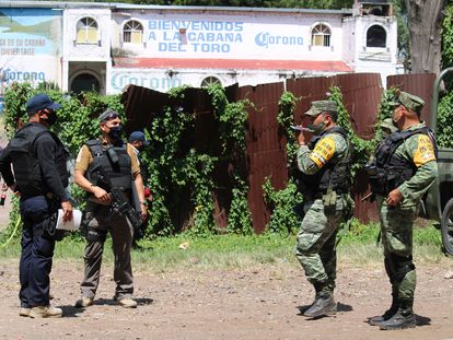 Policía estatal y el ejército  custodian el bar donde este fin de semana fueron asesinadas al menos 11 personas.