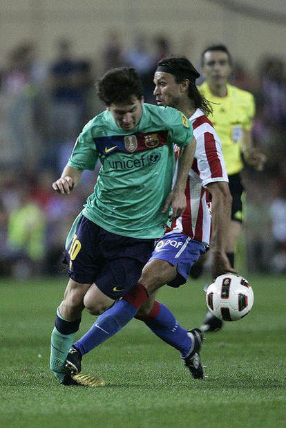 Instante en el que Ujfalusi pisa el tobillo derecho de Messi en la jugada que le costó la expulsión al central checo.