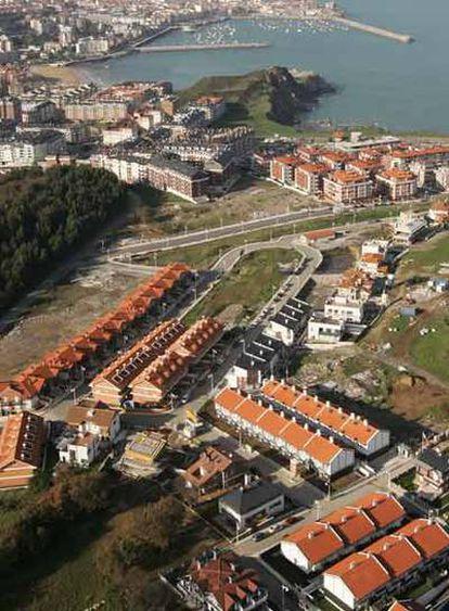 Masificación en Castro Urdiales, pueblo costero que multiplica su población en verano.