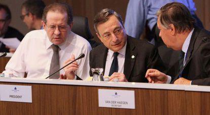El presidente del BCE, Mario Draghi (centro), durante la reunión del consejo de gobierno del eurobanco.