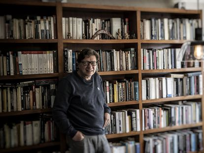 El filósofo mexicano Rodolfo Vázquez posa en su casa de Ciudad de México el pasado 17 de junio.