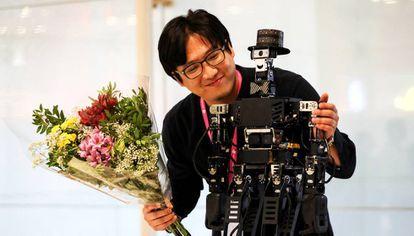 Jaeskik Jeong, junto a 'Robinion', ganador del torneo de robótica y magia en IROS. es el robot ganador del torneo.