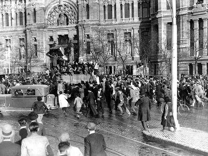 Varios ciudadanos entusiasmados, ante el Palacio de Comunicaciones, en Madrid, el mismo día de la proclamación de la Segunda República.