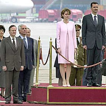 El presidente sirio, Bachar el Asad, acompañado de su esposa, pasa revista a las tropas ayer en Barajas.