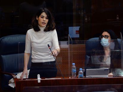 La portavoz de Unidas Podemos en la Asamblea de Madrid, Isa Serra, interviene durante un pleno de la Asamblea de Madrid celebrado el pasado febrero.