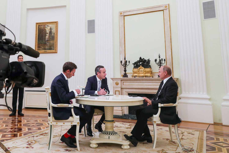 Entrevista a Putin de Lionel Barber y el corresponsal del 'Financial Times' en Moscú, Henry Foy, en 2019.