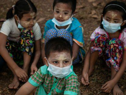 Cuatro niños asisten a un funeral en Rangún, Birmania.