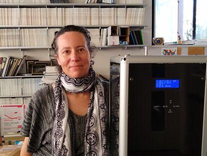 La investigadora Arantza Eiguren, con un aparato similar al utilizado para capturar los coronavirus, el miércoles, en Berkeley (EE UU).