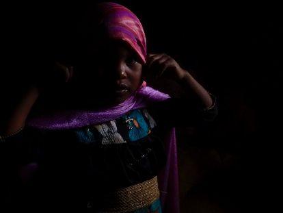 Una niña del Estado de Rajastán, India. Durante las últimas tres décadas, millones de niñas se han esfumado sin dejar rastro o han muerto antes de cumplir los seis años bajo la sospecha de haber sido arrancadas del vientre antes de nacer, asesinadas, vendidas, abandonadas, o hechas desaparecer por sus propios padres.
