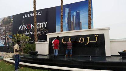 Varios operarios colocan las letras en árabe del apellido Trump a la entrada del nuevo club de golf en Dubái de su organización.