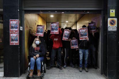 Algunos manifestantes se han concentrado ante la sede de ERC.