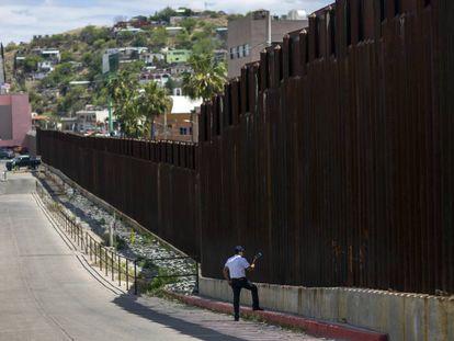 Un hombre en Estados Unidos habla el pasado sábado con su esposa al otro lado de la frontera en México