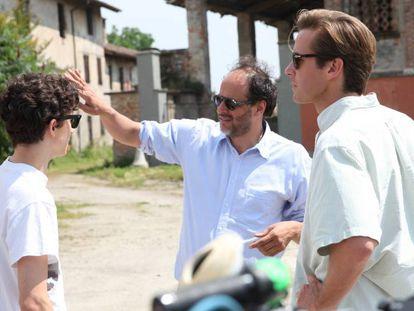 Luca Guadagnino dirige a Timothée Chalamet (izquerda) y a Armie Hammer. En vídeo el tráiler de la película 'Call Me By Your Name'.