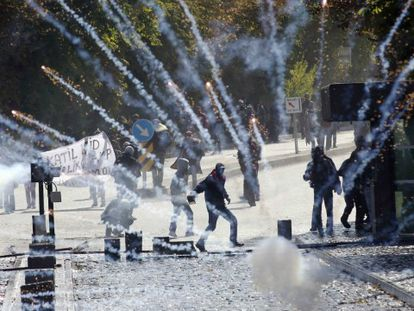 Manifestantes turcos, este jueves en Ankara, durante una protesta contra el Gobierno por no atacar al Estado Islámico / Foto: AFP   Vídeo: Reuters