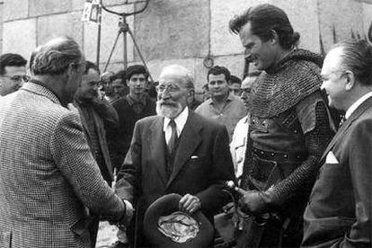 Ramón Menéndez Pidal, en el rodaje de 'El Cid', saluda al director Anthony Mann, mientras Charlton Heston observa.