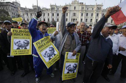 Manisfestantes protestan contra Montesinos y Fujimori.