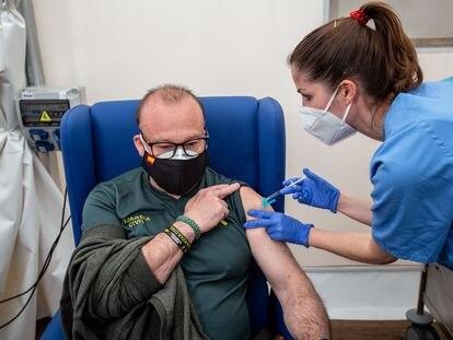 La Comunidad Valenciana reinicia la vacunación con AstraZeneca, con su administración a policías, guardias civiles y personal de protección civil en el hospital de campaña de La Fé de Valencia.