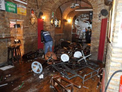 Un policía toma fotografías del pub donde se produjo el ataque.