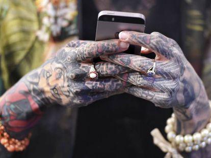 Una mujer navega por Internet con su móvil.