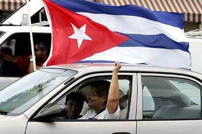 Una mujer y su hijo celebran las noticias procedentes de Cuba en la Pequeña Habana de Miami.