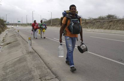 Un venezolano camina hacia Lima por la Panamericana este domingo.