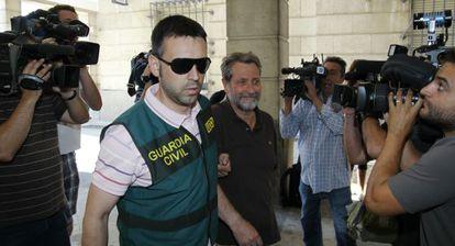 Un agente conduce a Federico Fresneda ante el juez este jueves.