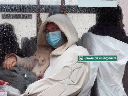 Pacientes del hospital Gregorio Marañón de Madrid son trasladados este martes a Ifema en un autobús municipal.