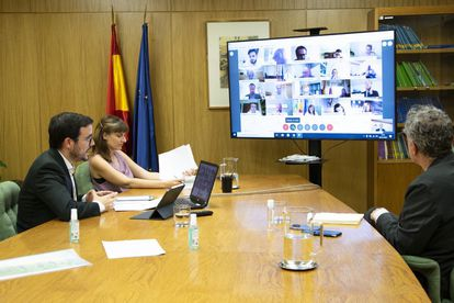 El ministro de Consumo, Alberto Garzón (izquierda), en la reunión de este viernes junto la directora general de Consumo, Bibiana Medialdea, y el secretario general de Consumo y Juego, Rafael Escudero.
