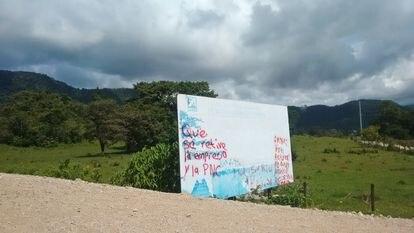 Habitantes protestan la presencia de empresa constructora y de la Policía Nacional Civil al norte de Guatemala.